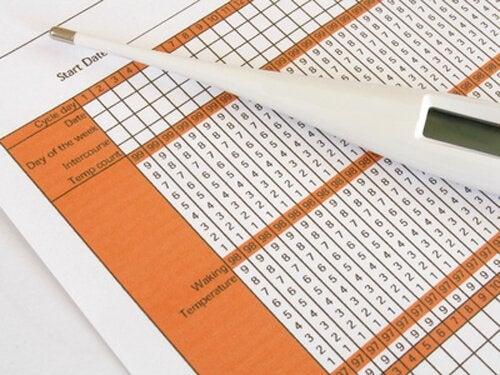 Termometer og skema kan bruges til at tjekke en normal kropstemperatur