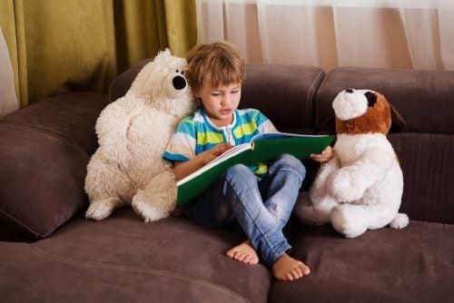 dreng, der læser