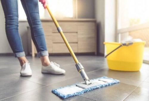 Syv forskellige tips til rengøring af flisegulv