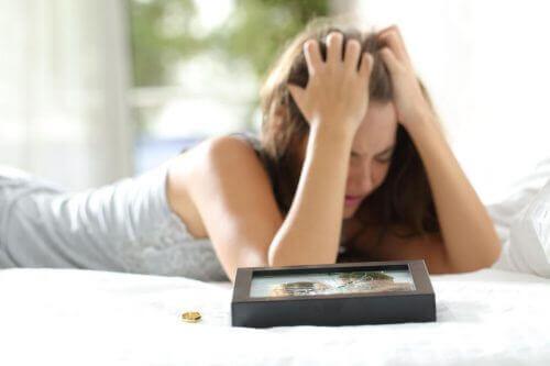 frustreret kvinde i sin seng