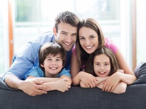 glad familie bestående af forældre og to børn