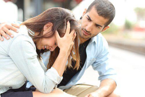 Mand trøster fortvivlet kvinde