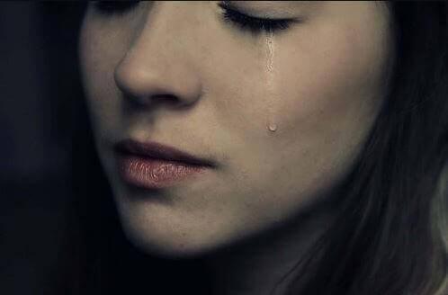 Kvinde med tåre på kinden nyder at kunne græde