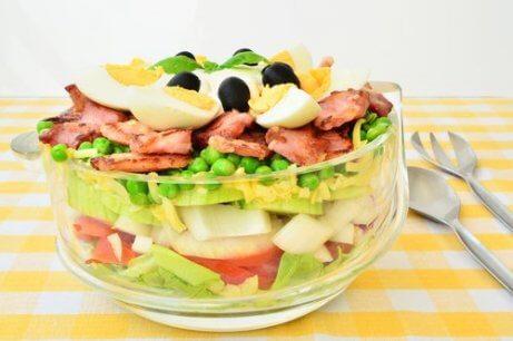 æg og grøntsager i en salat med æg