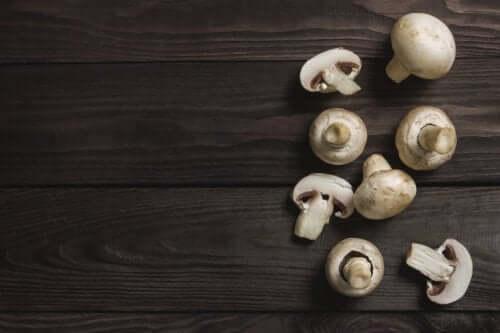 hvide champignons på et bord
