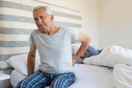 Mand forsøger at få en god nats søvn som del af behandling af slidgigt