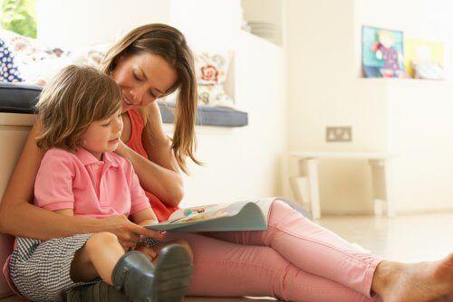 mor, der læser med datter med dysleksi