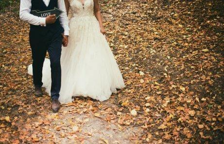 Et brudepar i skov