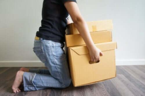person, der løfter kasser