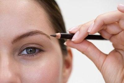 Kvinde bruger sort eyeliner