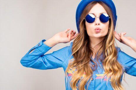 Skønhedstips til lys hud er at bruge farverigt tøj som denne kvinde
