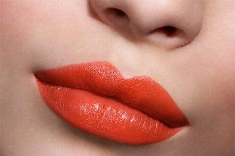 Skønhedstips til lys hud er en farverig læbestift