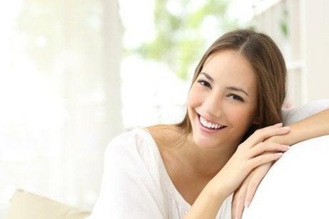 Smilende kvinde i sofa