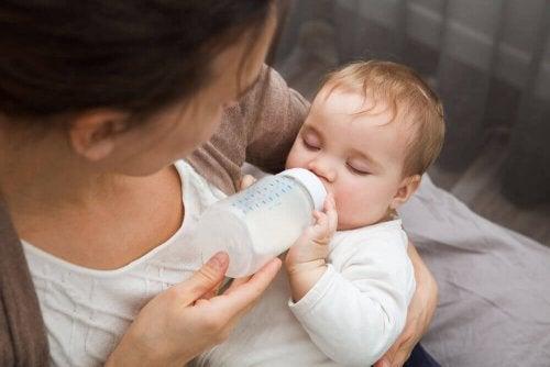baby og sutteflaske
