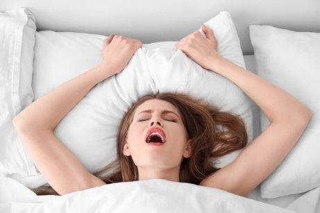 Kvinde er ved at få orgasme