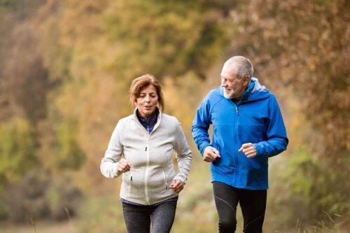 Ældre mennesker løber for at bevare en sund hjerne