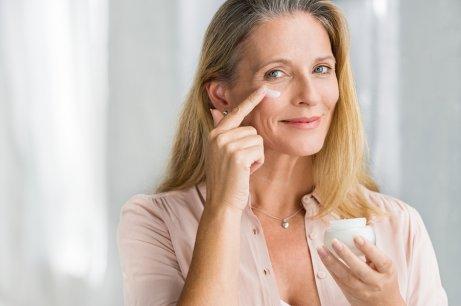 Opstram huden naturligt med cremer som denne kvinde