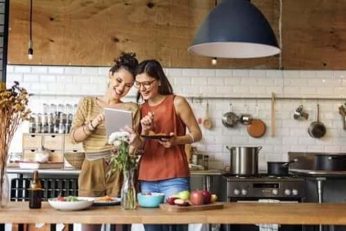 To kvinder er ved at lave mad