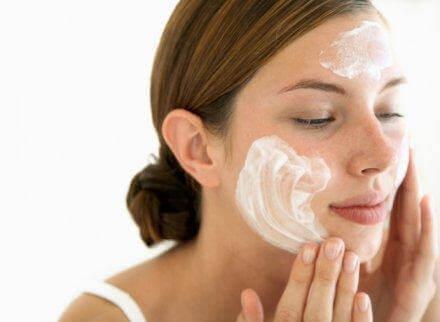 Kvinder bruger en mild sæbe i ansigtet