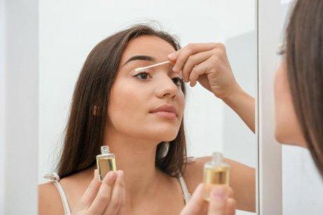 Kvinde kommer olie på øjenvipper