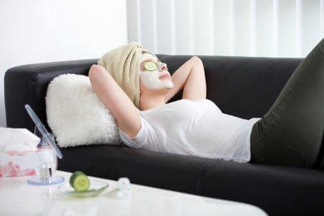 Kvinde i sofa anvender ansigtsmaske for at rense huden