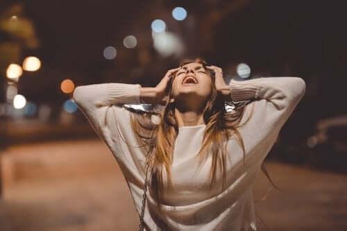 Kvinde på vej om aftenen viser vrede
