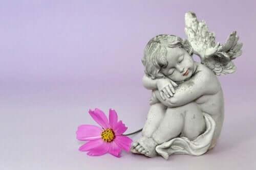 Statue af et englebarn