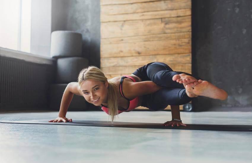 Kvinde, der dyrker yoga