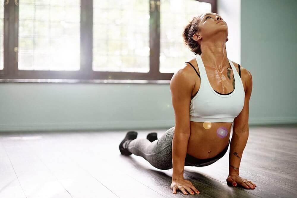 Kvinde, der dyrker yoga til stærke muskler
