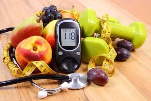 Frugter, målebånd og maskine til at måle blodsukker