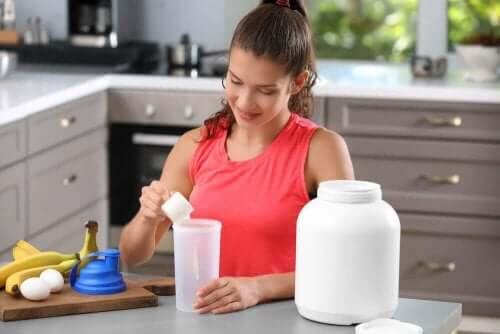 Kvinde blander proteindrikke