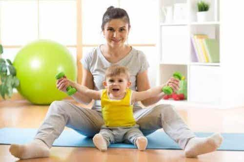 Sådan kan du lære baby at sidde op