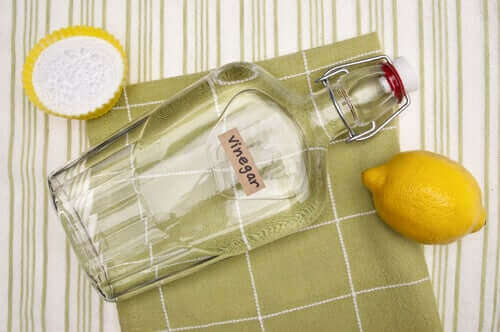 Bagepulver, klar eddike og en citron