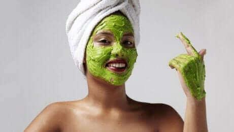 Kvinde med avocado på ansigtet