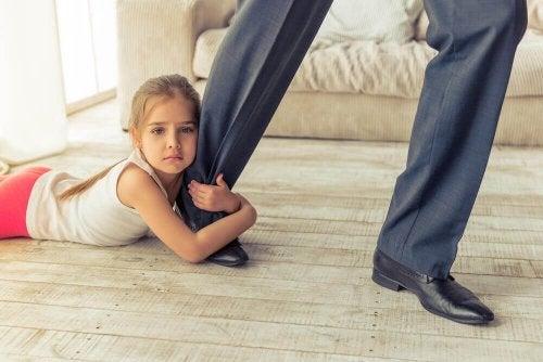 Pige, der holder om fars ben