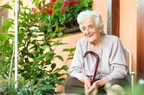 Hjælp et ældre menneske med en sygdom
