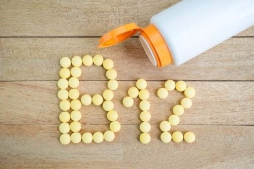 "Vitaminpiller danner teksten ""B12"""