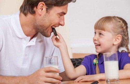 Pige giver far et stykke af verdens bedste chokoladetærte