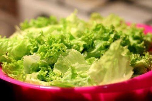 En skål med grøn salat