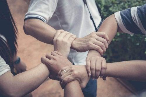 Tips til at lære et barn at hjælpe andre