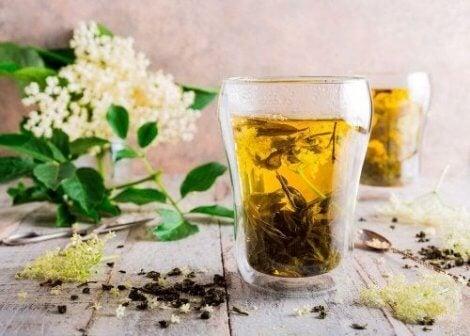 En anden god te anvender hyldeblomst og lakrids