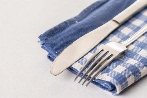 Kniv og gaffel på et viskestykke