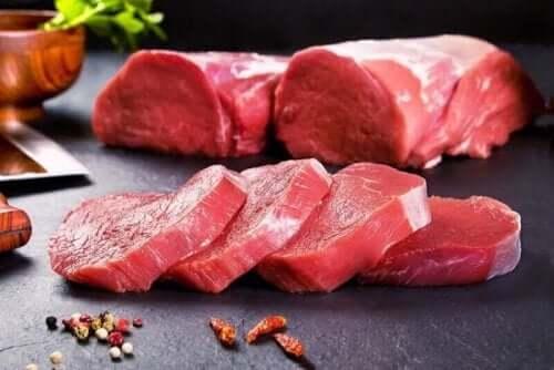 Kød på køkkenbord, selvom mange vælger en kost uden at spise kød