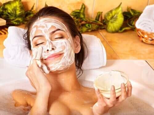 Kvinde anvender ansigtsmaske for at holde huden ung