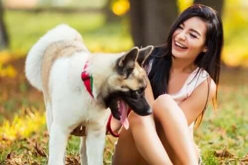 Kvinde med hund griner