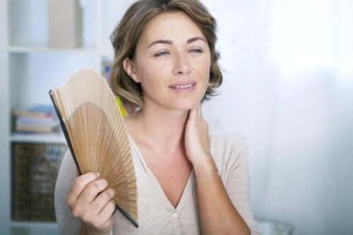 Kvinde med vifte oplever hedetur
