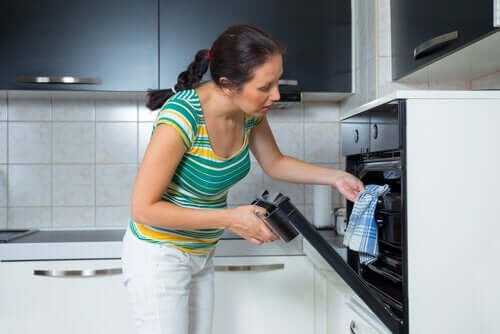 Kvinde tager noget ud af ovnen