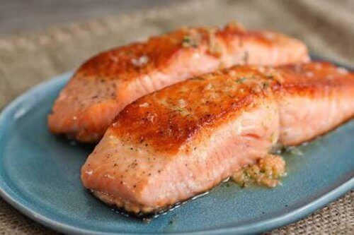 Fed fisk såsom laks, sardin eller tun er anbefalede fødevarer til en kost for sunde led