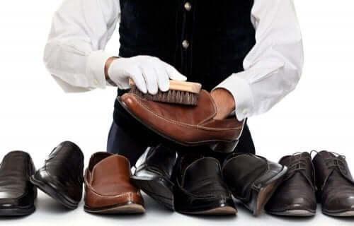 Mand er i færd med at rengøre lædersko