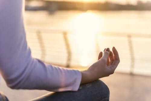 Person mediterer ved vand